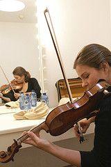 Janine Jansen in haar kleedkamer vlak voor haar optreden in Santiago de Compostella, 2008