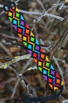 Learn to make your own colorful bracelets of threads or yarn. As fun for beginners as it is to intermedates. Thread Bracelets, Bead Loom Bracelets, Bracelet Crafts, Macrame Bracelets, Bead Loom Patterns, Beading Patterns, Jewelry Patterns, Diy Friendship Bracelets Patterns, Alpha Patterns