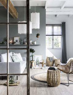 KARWEI | In deze kamer is er een mooie balans tussen grijstinten en natuurlijke materialen. #vtwonen