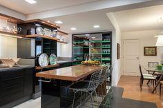 Cozinha com tons escuros e madeira