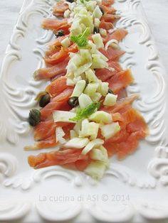 Salmone con finocchi e capperi per un'insalata veloce e gustosa per un antipasto dal gusto sapido e interessante Ricetta antipasto