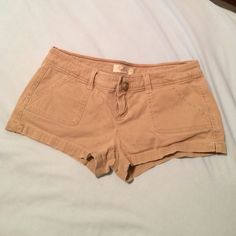 Khaki Hollister Shorts Hollister size 0. Stretch. Khaki shorts. Perfect condition. Worn once. Hollister Other