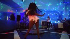 Откровенный танец девушки у шеста