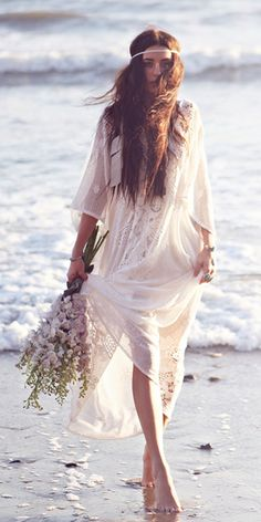 Bohemian Magic: Be a Boho-Chic Bride! Beach Wedding Tips Hippie Style, Mode Hippie, Bohemian Mode, Boho Gypsy, Hippie Boho, Bohemian Style, Bohemian Beach, Bohemian White Dress, Boho Beach Style