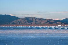 Se extienden sobre un área de 212 km² en el departamento jujeño de Tumbaya y en el salteño de La Poma, encontrándose el centro del salar próximo a las coordenadas 23°38′S 66°05′O, a una altitud promedio de 3450 msnm. Pese a lo elevado de tal altitud, las Salinas Grandes de Jujuy son prácticamente el nivel de base de una cuenca endorreica que se continúa hacia el norte en la Laguna de Guayatayoc, laguna fuertemente salada y alcalínica