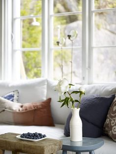 Fargesjefens sommerhytte - Lady Inspirationsblogg Scandinavian Cabin, Linen Couch, Summer Cabins, Wood Plank Flooring, Cosy Bedroom, Deco Blue, Cabin Interiors, Cozy Cabin, Vintage Chairs