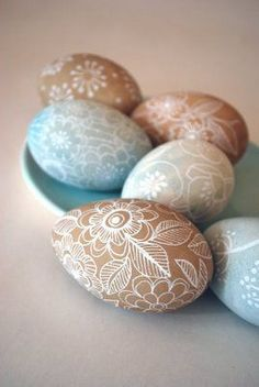 Brown and blue eggs painted with white acrylic | #Easter egg