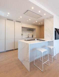 Proyecto de una cocina blanca y mármol abierta al salón con mobiliario de Santos. Cocina con isla, para ampliar espacio y que sea más social.  Rustic Kitchen Decor, Future House, Tiny House, Kitchen Island, Kitchen Design, House Design, Social, Kitchens, Furniture