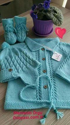 Free Knitting Pattern for Baby CardigansFree baby knitting pattern set including a lace cardigan and booties. Baby Sweater Patterns, Baby Knitting Patterns, Knitting Designs, Baby Patterns, Cardigan Bebe, Baby Cardigan, Crochet Baby Sweaters, Knit Or Crochet, Baby Coat