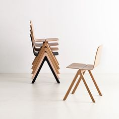 CPH Chair er en enkel og elegant stol der kan stables lige op. Det er muligt at få stolen betrukket i de mest populære Kvadrat stoftyper el. Sierra læder.