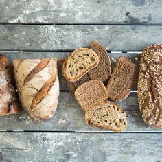 Bei der Vorstellung von altem Brot springt nicht gleich jeder vor Freude in die Luft. Doch das ist noch lange kein Grund, es wegzuschmeißen. Hier 5 Tipps, was du alles daraus zubereiten kannst.