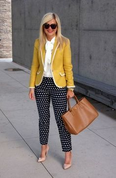 Não gosto de nada aqui, da calça de bolinha, do blazer amarelo com tecido que dá uma textura, da gola da camisa... só a bolsa salva, mas achei que não combinou.