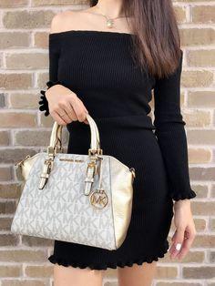 Michael Kors Signature Ciara Medium Messenger Bag in Vanilla/pale Gold for sale online Luxury Handbags, Purses And Handbags, Trendy Purses, Gold For Sale, Mk Purse, Mk Bags, Handbags Michael Kors, Louis Vuitton Speedy Bag, Fashion Bags
