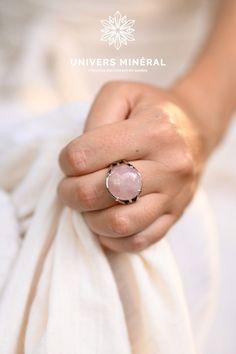 Nous conseillons les bagues en Quartz rose pour comme ancrage, pour vous rappeler en la regardant ou en la touchant dans la journée, que vous etes unique et que vous méritez tout l'amour que vous êtes prête à vous porter.Cette bague est constituée d'une pierre de Quartz Rose naturel de Madagascar. Pierre Quartz, Quartz Rose, Madagascar, Druzy Ring, Comme, Rings, Unique, Jewelry, Adjustable Ring