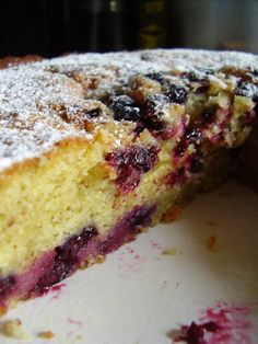 Ive been told, I am to pick the blackberries on my parents farm this year. Yes, told.Fresh Blackberry Cake with Blackberry Frosting Blackcurrant And Almond Cake, Blackberry Cake, Just Desserts, Delicious Desserts, Yummy Food, Sweet Recipes, Cake Recipes, Dessert Recipes, Food Cakes