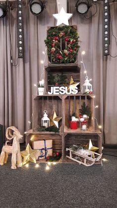 Christmas decoration at our church. #christmastree #advent #christmaslights #woodcrate #cajasdemadera #caixasdemadeira #modern #alternative