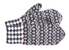 Tee itse somat perinnelapaset: 17 maakuntaa, 17 ohjetta | ET Fingerless Mittens, Knit Mittens, Mitten Gloves, Knitting Socks, Knit Socks, Scandinavian Pattern, Wrist Warmers, Knit Crochet, Stitch