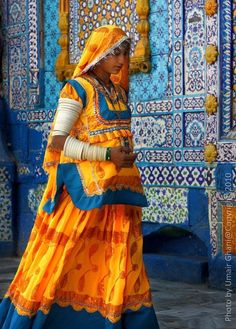 Sari and tiles~ Colors of Rajasthan, India Amazing India, India Colors, Colours, Pakistani Girl, Ansel Adams, World Of Color, Folk Costume, Mellow Yellow, Color Yellow