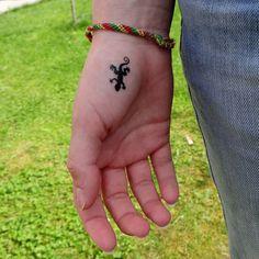 Petit lézard sur la main, tattoo au pochoir Gecko Tattoo, Lizard Tattoo, Hip Thigh Tattoos, Waist Tattoos, Finger Tattoos, Body Art Tattoos, Mini Tattoos, Small Tattoos, Style Tribal