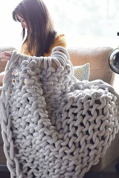 How To Easily Knit A Big Yarn Blanket Such an easy way to make a big knit blanke. - How To Easily Knit A Big Yarn Blanket Such an easy way to make a big knit blanket without having to - Big Yarn Blanket, Knot Blanket, Giant Knit Blanket, Cable Knit Blankets, Chunky Blanket, Knitted Blankets, Arm Crocheting, Extreme Knitting, Big Knits