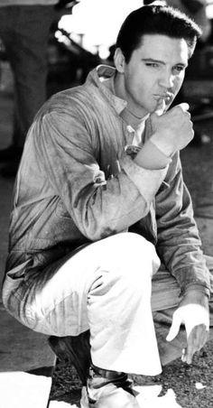 CLÁSICOS DEL ROCK Y BLUES de los años 1950s y 1960s. Todos los martes a la mañana. Visita www.radiodelospueblos.com  y escúchanos por internet !!!  Elvis Presley, a cultural icon of the 20th century, was a singer and actor. Elvis sold over one billion records and made 33 movies.