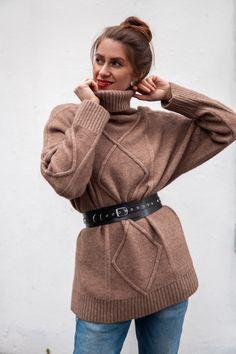 Женский ремень изготовлен из натуральной кожи. ⠀⠀⠀⠀⠀⠀⠀⠀⠀ Прекрасно подойдет как для носки на платьях и жакетах, так и для пальто. ⠀⠀⠀⠀⠀⠀⠀⠀⠀ Незаменимый аксессуар в женском гардеробе, который дарит завершенность образу каждой девушки😍 Черный ремешок - женский кожаный ремень - ремень на заказ - ремень размер плюс сайз - ремень со свитером - подчеркнуть талию - образы на осень - стиль - образ с ремнем Wide Leather Belt, Leather Harness, Grey Leather, Minimalist Fashion, Minimalist Style, Casual Belt, Corset Belt, Pink Beige, Fashion Belts