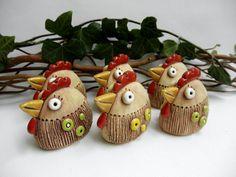 K velikonoční dekoraci - slepička Pasta, Easter Crafts, Ceramic Art, Terracotta, Polymer Clay, Christmas Ornaments, Holiday Decor, Feltro, Animales