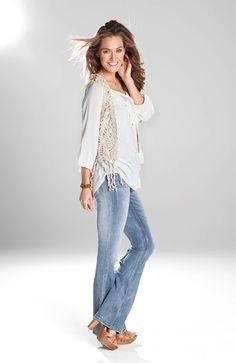 Biała bluzka z ozdobną falbanką  i wiązaniem od Happy Holly http://www.halens.pl/moda-damska-na-gore-bluzki-i-koszule-caa-kolekcja-17983/bluzka-luna-556273?variantId=556273-0002&imageId=393850 + kamizelka http://www.halens.pl/moda-damska-na-gore-kamizelki-5758/kamizelka-josephine-555947?variantId=555947-0020&imageid=380863 + dżinsy o fasonie bootcut http://www.halens.pl/moda-damska-na-do-dzinsy-5764/dzinsy-annika-548181?variantId=548181-4310&imageid=353201