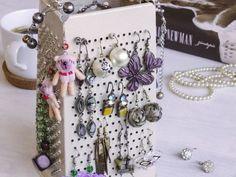 Máte doma hromadu náušnic zastrčených někde ve šperkovnici nebo šuplíku? Vystavte si je a udělejte z nich krásný doplněk. Stačit vám bude staré struhadlo.