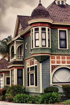 The White Rabbits house. I chose this because of the colors and victorian look on this house. Victorian Architecture, Architecture Details, Woman Painting, House Painting, Green Building, Building A House, Beautiful Buildings, Beautiful Homes, Painted Lady House