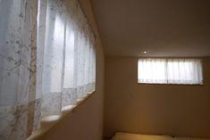 インナーテラスのある家の寝室の窓は高めの位置に 近接したお隣の家と目線が合わないように計画しています . 窓を高くしたことでベッドを壁にピッタリつけても大丈夫 窓とベッドとの距離があるので冬場の寒さも抑えられます . カーテンはやわらかい雰囲気の樹木柄レースを使いました カーテンのメンテナンスが手間なのでカーテンの無い暮らしがしたいという要望で計画していました完成前に他のみゆう設計室の事例を見てカーテンで室内の印象がやわらかくなると感じられたようです 厚地は使わずレースのみそのような窓演出も良いですよ