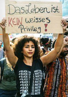 Hunderte Menschen demonstrierten am Freitag gegen rassistische Diskriminierung, als auch strukturellen Rassismus in Deutschland. Schwarze Einzelpersonen sowie Menschen aus Institutionen wollen sich vernetzen.