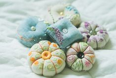 서촌 프랑스자수 '장스'의 9월 클래스 수강생 모집 ::: 경복궁역, 광화문, 서촌, 독립문역, 경복궁 프랑스자수 클래스, 프랑스자수 수업 : 네이버 블로그 Needle Case, Cute Pins, Fabric Art, Craft Tutorials, Pin Cushions, Wooden Boxes, Sewing Crafts, Diy And Crafts, Coin Purse