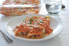 Manicotti with chicken, spinach and mushrooms