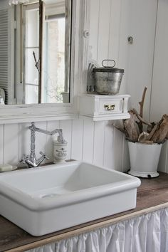 Shabby Home, Shabby Cottage, Shabi Chic, Shabby Chic Zimmer, Cabin Bathrooms, Bathroom Renos, French Country House, French Decor, Vintage Home Decor