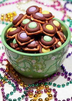 Mardi Gras Munchies - chocolate pretzel bites for mardi gras