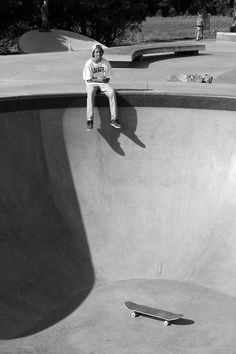The best selection of new skate board clothing in stock now. Skateboard Photos, Skate Photos, Skateboard Art, Skateboard Tumblr, Skateboard Wheels, Skate Boy, Skate Surf, Vans Skate, Black And White Picture Wall