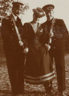 A very unusual photo of Tsarina Alexandra (Alix). She also loved to play the fool, as Nicholas II. Anastasia, House Of Romanov, Alexandra Feodorovna, Princess Alice, Tsar Nicholas Ii, Imperial Russia, Beautiful Family, Pictures To Paint, Empire