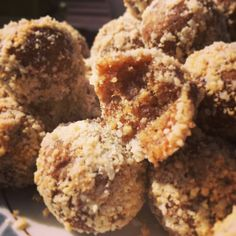 Raw food balls made of dates and nuts Healthy Sweets, Healthy Baking, Healthy Snacks, Best Dessert Recipes, Fun Desserts, Raw Vegan Recipes, Cooking Recipes, Food Map, Simply Recipes