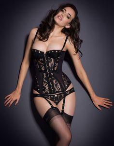 Des corsets ultra chic qui se portent en pièce de lingerie mais également très glamour avec un jean lors de soirées festives.