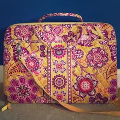 """Vera Bradley Laptop Case Large Vera Bradley Laptop Case. Outside has two deep pockets on either side. Comes with long adjustable strap. Inside has adjustable velcro partition to accommodate various laptop sizes. Use for 13""""-17"""" laptops. Vera Bradley Bags Laptop Bags"""