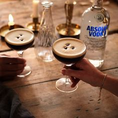 Create the perfect Espresso Martini with this step-by-step guide. Fill a shaker with ice cubes. Add all ingredients. Shake and strain into a cocktail glass. Garnish with coffee beans. Cocktails Made With Vodka, Fizz Drinks, Fruity Alcohol Drinks, Top Drinks, Alcohol Drink Recipes, Martinis, Party Drinks, Beverages, Absolut Vodka