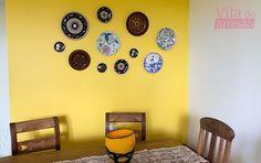Você tem pratos para pendurar na parede? Eu te ensino a fazer um suporte para pendurar pratos que é fácil e pra lá de barato.