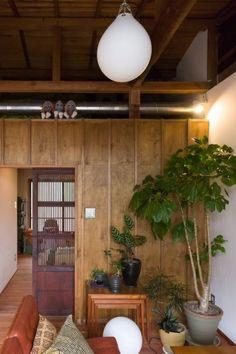 寝室の扉には、蔵で使われていた昭和初期の引き戸を使った。植物は、グリーンショップで仕事をしている奥様のコーディネイト。