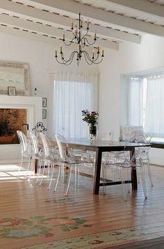 louis ghost chair, cadeira transparente na decoração de sala de jantar grande com mesa de madeira para 10 lugares