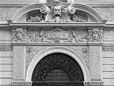 Casa privata - post by Paola Parodi 1904 - Giuseppe Besozzi Il beneaugurante fregio del portone principale Torino, Corso Montevecchio 58 (II)