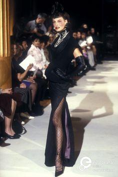 Linda Evangelista - Christian Dior by John Galliano Fall 1997 Fashion 90s, Runway Fashion, Fashion Brands, High Fashion, Womens Fashion, Dior Vintage, Mode Vintage, Vintage Fashion, Galliano Dior