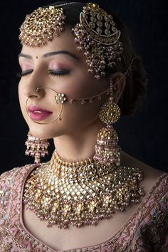 If you are going to be a bride soon and already know what you'll be wearing on your functions, then the next step is getting the perfect wedding makeup. Here are some Indian bridal makeup images to help you pick what you want. Pakistani Bridal Jewelry, Indian Bridal Jewelry Sets, Nath Bridal, Bridal Accessories, Indian Wedding Makeup, Desi Wedding, Indian Makeup, Punjabi Wedding, Wedding Bride