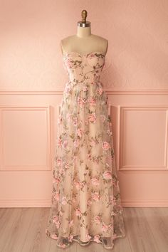 Yasmeen #boutique1861 / This dress has all the charm of a roses garden thanks to its floral decorations in a lovely pastel color. The strapless bodice can be worn with removable thin straps but also stays in place with a slightly adhesive band on the inside and padded cups.