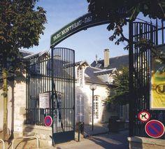 Parc Montreau  Adresse : Parc de Montreau, Montreuil-sous-Bois, France  Classement Inscrit MH : 1948  Datation XVIIIe siècle    Certaines sources datent l'origine du domaine de Montreau du XIe siècle. Pour d'autres, le fief remonterait au XIIIe siècle. À cette époque, une chapelle et une penderie existent sur les lieux.